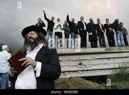 Ultra Orthodox Jewish men pray in the Ukrainian city of Uman, 200 km (125 miles) south of Kiev on September 13, 2007. Thousands of Jewish pilgrims arrive in Uman every year on Rosh Hashanah, the Jewish new year, to pray at the grave of Rabbi Nachman of Breslov. (UPI Photo/Sergey Starostenko) - Stock Photo