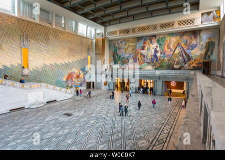 Oslo City Hall, view of the Great Hall inside the Oslo City Hall (Radhus) with a huge fresco celebrating Norwegian working life by Alf Rolfsen visible. - Stock Photo