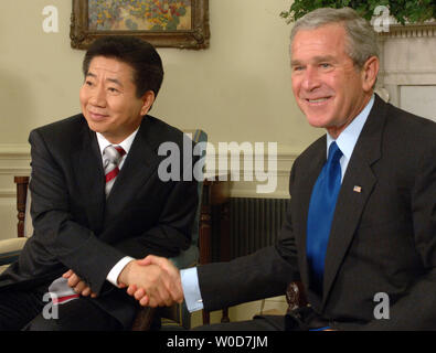U.S. President George W. Bush shakes hands with President Roh Moo-hyun of South Korea after their meeting in the Oval Office of the White House on September 14, 2006.    (UPI Photo/Roger L. Wollenberg) - Stock Photo