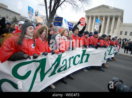 Pro-life activists walk past the United States Supreme Court as they take part in the 'March for Life' anti-abortion rally in Washington on January 22, 2008. The demonstration marked the 35th anniversary of the Supreme Court's 1973 decision in Roe vs Wade making abortions legal. (UPI Photo/Kevin Dietsch) - Stock Photo