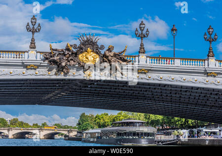 France, 7th arrondissement of Paris, pont Alexandre III over the Seine river and 'Flow' barge-restaurant - Stock Photo