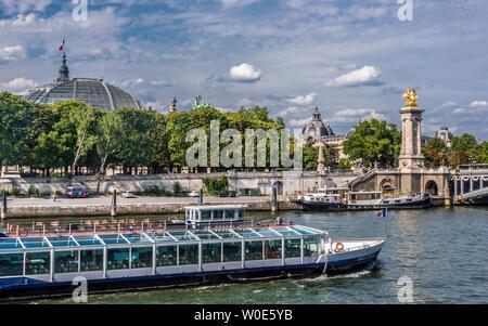 France, 8th arrondissement of Paris, pont Alexandre III (19th century) over the Seine river, bateau-mouche (tourist river boat) - Stock Photo