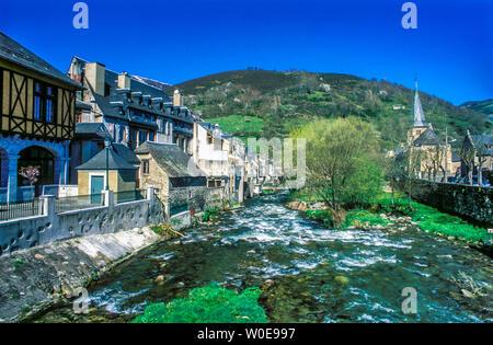 France, Hautes-Pyrénées, Aure valley, Arreau on the bank of the Nest river of Aure. - Stock Photo
