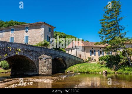 France, Dordogne, Périgord Vert, Saint-Jean-de-Côle (Plus Beau Village de France - Most Beautiful Village in France), medieval humpback bridge - Stock Photo
