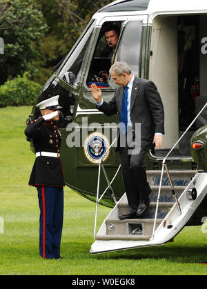 U.S. President George W. Bush salutes as he disembarks Marine One on the South Lawn of the White House in Washington on October 24, 2008. President Bush traveled to the National Security Agency (NSA) in Forte Mead, Maryland for a briefing. (UPI Photo/Alexis C. Glenn) - Stock Photo