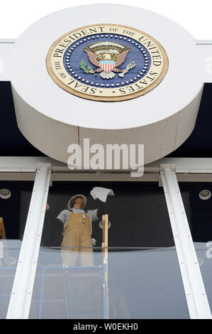 A construction workers polishes the glass inside the Presidential viewing stand during a dress rehearsal for the Inaugural parade in Washington on January 11, 2009. President-elect Barack Obama will take the oath of office and become the 44th president of the United States on January 20, 2009. Millions are expected in Washington for the event. (UPI Photo/Kevin Dietsch) - Stock Photo