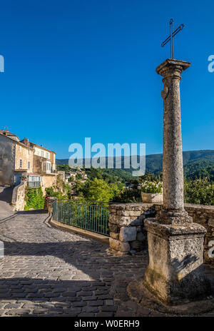 France, Lubéron, Vaucluse, cross on a square at Ménerbes (Most Beautiful Village in France) - Stock Photo