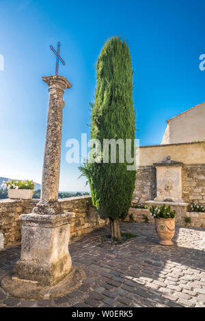 France, Lubéron, Vaucluse, Ménerbes, cross and fountain (Most Beautiful Village in France) - Stock Photo