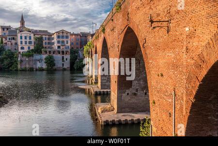 France, Tarn, Albi, episcopal city (UNESCO World Heritage) (Saint James way), Pont Vieux on the Tarn river - Stock Photo