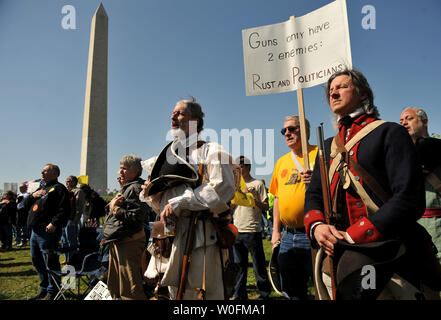People dressed as Minutemen from the Revolutionary War attend a second amendment rally on the grounds of the Washington Monument, in Washington on April 19, 2010. Pro-gun rallys where held around the country today, also known as Patriots' Day, the anniversary of the American Revolutionary War battles of Lexington and Concord and the Oklahoma City bombing.    UPI/Kevin Dietsch. - Stock Photo