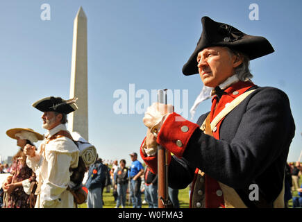 People dressed as Minutemen from the Revolutionary War attend a second amendment rally on the grounds of the Washington Monument, in Washington on April 19, 2010. Pro-gun rallies where held around the country today, also known as Patriots' Day, the anniversary of the American Revolutionary War battles of Lexington and Concord and the Oklahoma City bombing.    UPI/Kevin Dietsch. - Stock Photo