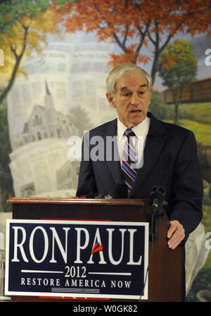 Republican 2012 presidential candidate and Texas Rep. Ron Paul makes remarks at a town hall meeting at the historic Hotel Pattee, as he campaigns in Perry, Iowa, December 29, 2011. Polls indicate a tight race between Paul, former Massachusetts Gov. Mitt Romney and former US House Speaker Newt Gingrich days before Iowa's first-in-the-nation caucuses, January 3,2012.    UPI/Mike Theiler - Stock Photo
