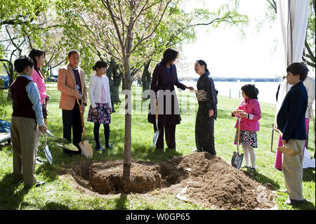 First Lady Michelle Obama and Yoriko Fujisaki, the wife of the