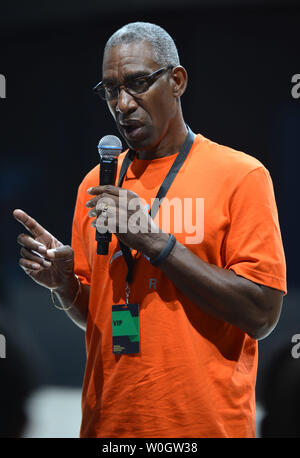 pecador En consecuencia Lucro  Howard White, basketball legend and Vice President of Nike's Jordan Brands,  talks to a group of