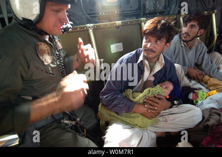 U.S. Navy Aviation Electronics Technician 2nd class John Wilkins speaks with injured Pakistanis aboard a MH-53E Sea Dragon helicopter in Muzafarabad, Pakistan, on Oct. 14, 2005. The United States government is participating in a multinational humanitarian assistance and support effort led by the Pakistani Government to bring aid to victims of the devastating earthquake that struck the region Oct. 8, 2005.    (UPI Photo/Timothy Smith/US Navy) - Stock Photo