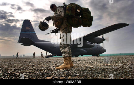 U.S. Army Sgt. 1st Class Ricky Bryant is last in line to board a C-130H2 Hercules aircraft at Bagram Air Base, Afghanistan, for a flight to Forward Operations Base Salearno, Afghanistan, on March 8, 2006. (UPI Photo/Lance Cheung/DOD) - Stock Photo