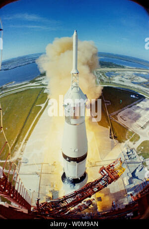 Apollo 15 builds thrust prior to lift-off on July 26, 1971. Apollo 15 launched 35 years ago today on July 26, 1971, at 9:34 a.m. EDT from the Kennedy Space Center. Alfred Worden was the mission's command module pilot.  (UPI Photo/NASA) - Stock Photo