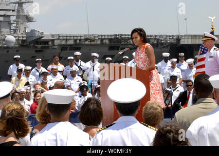 090731-N-5700G-127 NORFOLK, Va., (July31,2009) -- First Lady Michelle Obama speaks to sailors and their family members during her visit to Naval Station Norfolk as an extension of her continued support for military families, July 31, 2009. Obama delivers remarks at an event marking the homecoming of the USS Eisenhower Carrier Strike Group and the USNS Comfort from their recent deployments.   UPI/Seaman Desiree Green/US Navy. - Stock Photo