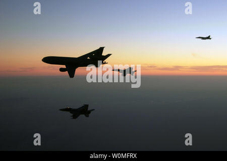 F/A-18F Super Hornets assigned to the Black Aces of Strike Fighter Squadron (VFA) 41 and F/A-18E Super Hornets assigned to the Tophatters of VFA-14 refuel from an Air Force KC-10 Extender tanker aircraft over Afghanistan on December 7, 2009. UPI/Kyle Terwilliger/U.S. Navy - Stock Photo