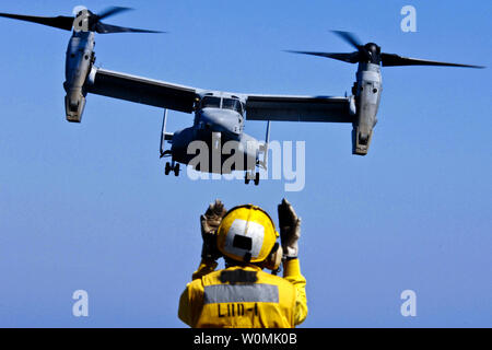 Aviation Boatswain's Mate 3rd Class Eddie Berryhill directs a V-22 Osprey on its final approach aboard the amphibious assault ship USS Wasp in the Atlantic Ocean, September 9, 2001. Wasp is underway conducting sea trials. UPI/Justin K. Thomas/U.S. Navy. - Stock Photo