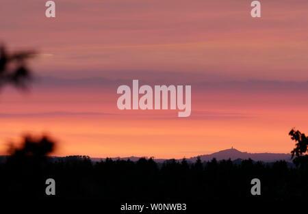 AJAXNETPHOTO. MAY, 2019. PEN SELWOOD, ENGLAND. - SUNSET RUINS - GLASTONBURY TOR SILHOUETTED AGAINST A DRAMATIC SPRING SUNSET SKY ACROSS SOMERSET COUNTRYSIDE. PHOTO:JONATHAN EASTLAND/AJAX. REF:GX8_192405_285 - Stock Photo