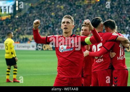 Die Freiburger Lebensversicherung: Torjäger Nils Petersen (Freiburg),    1. BL: 17-18 - 20. Spieltag -  Borussia Dortmund vs SC Freiburg - Stock Photo