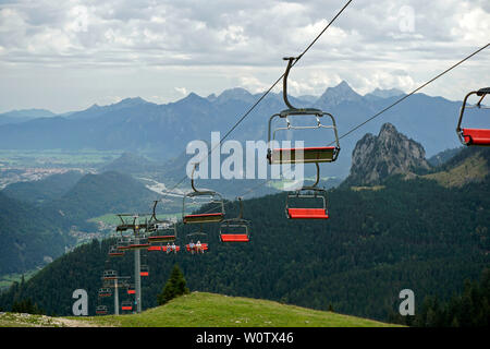 15.09.2018, hiking in Bavaria, on the Breitenberg near Pfronten in the Allgäu. In the background the mountain massif of Aggenstein (1987m). The chairlift Hochalpbahn with empty gondolas. - Stock Photo