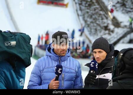 Experten unter sich v.li. Sven Hannawald (Ex-Skispringer, TV Experte, Eurosport, Skisprung-Experte, Vierfach-Tourneesieger, 2002) und Martin Schmitt (TV-Experte /Skisprung-Experte, Eurosport, Ex-Weltmeister) beim Auftaktspringen Vierschanzentournee 18-19 Oberstdorf - Stock Photo
