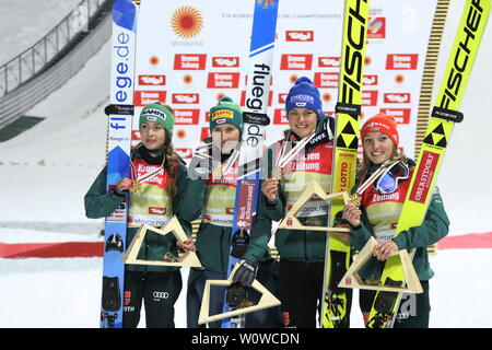 Historische Weltmeisterinnen: v.li Juliane Seyfarth (TSG Ruhla), Ramona Straub (SC Langenordnach), Carina Vogt (SC Degenfeld) und Katharina Althaus (SC Oberstdorf) bei der Siegerehrung nach dem Teamspringen Frauen, FIS Nordische Ski-WM 2019 in Seefeld - Stock Photo
