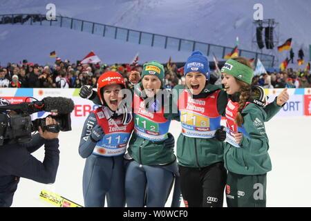 Im Fokus der Kameras - die historischen Weltmeisterinnen: v.li. Katharina Althaus (SC Oberstdorf), Ramona Straub (SC Langenordnach), Carina Vogt (SC Degenfeld), Juliane Seyfarth (TSG Ruhla) im Auslauf der Schanze nach dem Teamspringen Frauen, FIS Nordische Ski-WM 2019 in Seefeld - Stock Photo