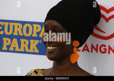 Gut gelaunt: Sonderpreis 2018, Fatuma Musa Afrah (Laudator: Christian Wulff) beim Radio Regenbogen Award Rust 2019 - Stock Photo