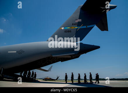 Dover, DE, USA. 28th June, 2019. June 28, 2019 : Dignitaries head to the transfer plane during the dignified transfer of Sergeant James G. Johnston, of Trumansburg, New York, at Dover Air Force Base. The solemn ceremony was attended by numerous dignitaries including Vice President Mike Pence, Acting Secretary of Defense Dr. Mark Esper and Acting Secretary of the Army Ryan McCarthy. Scott Serio/ESW/CSM/Alamy Live News - Stock Photo