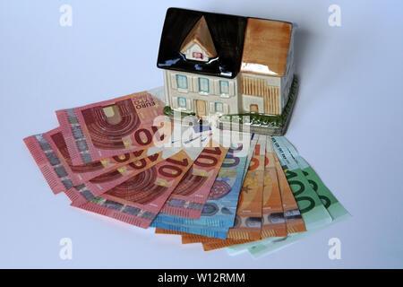 Symbolfoto Haus als Spardose mit Euro-Banknoten - Stock Photo