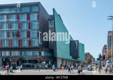 The exteriror of the Radisson Blu hotel on the corner of Argyle Street and Oswald Street in Glasgow, Scotland, featuring a pre-patinated copper screen - Stock Photo