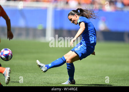 Valenciennes, Frankreich. 29th June, 2019. Alia Guagni (Italy) (7) crosses the ball, 29.06.2019, Valenciennes (France), Football, FIFA Women's World Cup 2019, Quarterfinals Italy - Netherlands, FIFA REGULATIONS PROHIBIT ANY USE OF PHOTOGRAPHS AS IMAGE SEQUENCES AND/OR QUASI VIDEO, | usage worldwide Credit: dpa/Alamy Live News - Stock Photo
