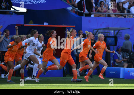 Valenciennes, Frankreich. 29th June, 2019. Dutch women are happy about the victory and semi-finals, 29.06.2019, Valenciennes (France), Football, FIFA Women's World Cup 2019, Quarterfinals Italy - Netherlands, FIFA REGULATIONS PROHIBIT ANY USE OF PHOTOGRAPHS AS IMAGE SEQUENCES AND/OR QUASI VIDEO. | usage worldwide Credit: dpa/Alamy Live News - Stock Photo