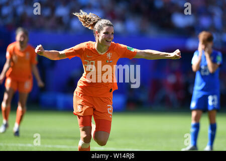 Valenciennes, Frankreich. 29th June, 2019. Dominique Bloodworth (Holland, Netherlands, 20) cheering for the 0-1 draw, 29.06.2019, Valenciennes (France), Football, FIFA Women's World Cup 2019, Quarterfinals Italy - Netherlands, FIFA REGULATIONS PROHIBIT ANY USE OF PHOTOGRAPHS AS IMAGE SEQUENCES AND/OR QUASI VIDEO. | usage worldwide Credit: dpa/Alamy Live News - Stock Photo