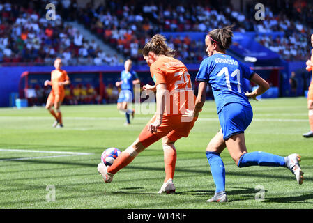 Valenciennes, Frankreich. 29th June, 2019. Dominique Bloodworth (Netherlands, Netherlands, 20) clear the ball Barbara Bonansea (Italy) (11), 29.06.2019, Valenciennes (France), Football, FIFA Women's World Cup 2019, Quarter-finals Italy - Netherlands, FIFA REGULATIONS PROHIBIT ANY USE OF PHOTOGRAPHS AS IMAGE SEQUENCES AND/OR QUASI VIDEO. | usage worldwide Credit: dpa/Alamy Live News - Stock Photo