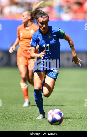 Valenciennes, Frankreich. 29th June, 2019. Barbara Bonansea (Italy) (11) with Ball in the run-up, 29.06.2019, Valenciennes (France), Football, FIFA Women's World Cup 2019, Quarter-finals Italy - Netherlands, FIFA REGULATIONS PROHIBIT ANY USE OF PHOTOGRAPH AS IMAGE SEQUENCES AND/OR QUASI VIDEO. | usage worldwide Credit: dpa/Alamy Live News - Stock Photo