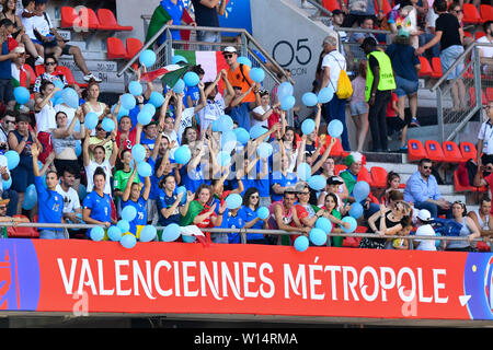 Valenciennes, Frankreich. 29th June, 2019. Italian Fans with Balloons, 29.06.2019, Valenciennes (France), Football, FIFA Women's World Cup 2019, Quarterfinals Italy - Netherlands, FIFA REGULATIONS PROHIBIT ANY USE OF PHOTOGRAPHS AS IMAGE SEQUENCES AND/OR QUASI VIDEO. | usage worldwide Credit: dpa/Alamy Live News - Stock Photo
