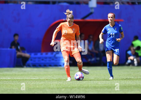 Dominique Bloodworth (Holland, Netherlands, 20) with Ball in front of Barbara Bonansea (Italy) (11), 29.06.2019, Valenciennes (France), Football, FIFA Women's World Cup 2019, Quarterfinals Italy - Netherlands, FIFA REGULATIONS PROHIBIT ANY USE OF PHOTOGRAPHS AS IMAGE SEQUENCES AND / OR QUASI VIDEO. | usage worldwide - Stock Photo