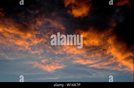 AJAXNETPHOTO. 2006. SOUTHAMPTON, ENGLAND. - FIERY ORANGE RED CUMULO-STRATUS CLOUDS GATHERING AT SUNSET.PHOTO:JONATHAN EASTLAND/AJAX. REF:693 - Stock Photo