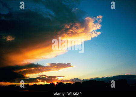 AJAXNETPHOTO. 2005. SOUTHAMPTON, ENGLAND. SUN SETS OVER THE CITY AS A BANK OF STRATUS CLOUDS HERALD AN APPROACHING FRONT.PHOTO;JONATHAN EASTLAND/AJAX REF;544160_3_22 - Stock Photo