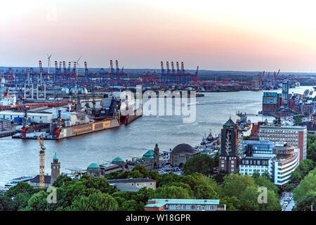 Blick auf St. Pauli Landungsbrücken und die Elbe von oben - Stock Photo
