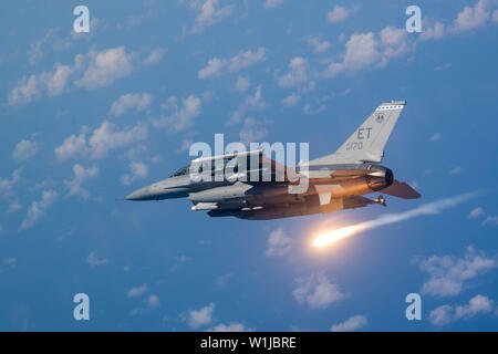 An F16-D Fighting Falcon pilot from the 40th Flight Test Squadron demonstrates proper flare technique during a training mission near Eglin Air Force Base, Fla., June 6, 2019. A flare is an aerial infrared countermeasure used by planes or helicopter to counter an infrared homing surface-to-air missile or air-to-air missile. (U.S. Air Force photo by Senior Airman Joshua Hoskins) - Stock Photo