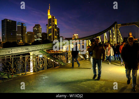 21.10.2018, Frankfurt am Main, Hesse, Germany - on the Ironbridge over the River Main in Frankfurt at night with a view of the Frankfurt skyline - auf - Stock Photo