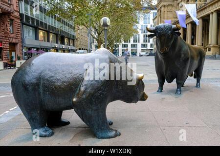 22.10.2018, Frankfurt am Main, Hesse, Germany - Bear und Bull on the Boersenplatz in front of the Boerse in Frankfurt am Main, two bronze sculptures b - Stock Photo