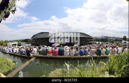 London, UK. 3rd July, 2019. A general view of spectators watching the big screen on the hill. Credit: Andrew Patron/ZUMA Wire/Alamy Live News - Stock Photo