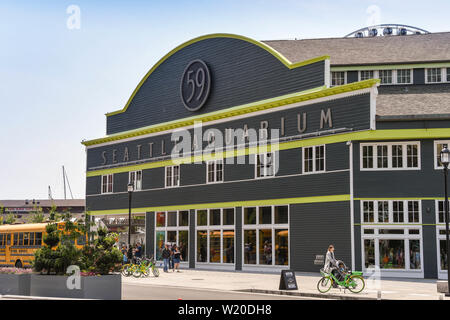 SEATTLE, WASHINGTON STATE, USA - JUNE 2018: Exterior view of the Seattle Aquarirum with a school bus parked outside. - Stock Photo