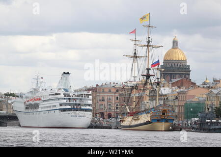 St Petersburg, Russia. 05th July, 2019. ST PETERSBURG, RUSSIA - JULY 5, 2019: A replica of the Poltava, the first ship of the line of the Russian Baltic Fleet that was launched in 1712, berthing by Angliyskaya Embankment. Peter Kovalev/TASS Credit: ITAR-TASS News Agency/Alamy Live News - Stock Photo